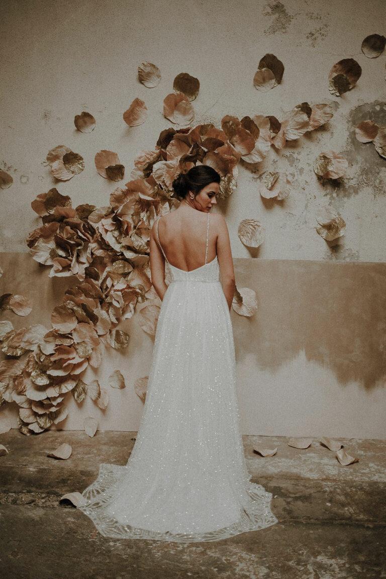 robe de mariee 2020 luxe paris sur mesure couture dentelle perles volume ajuste incrustation broderie dos nu decollete transparence