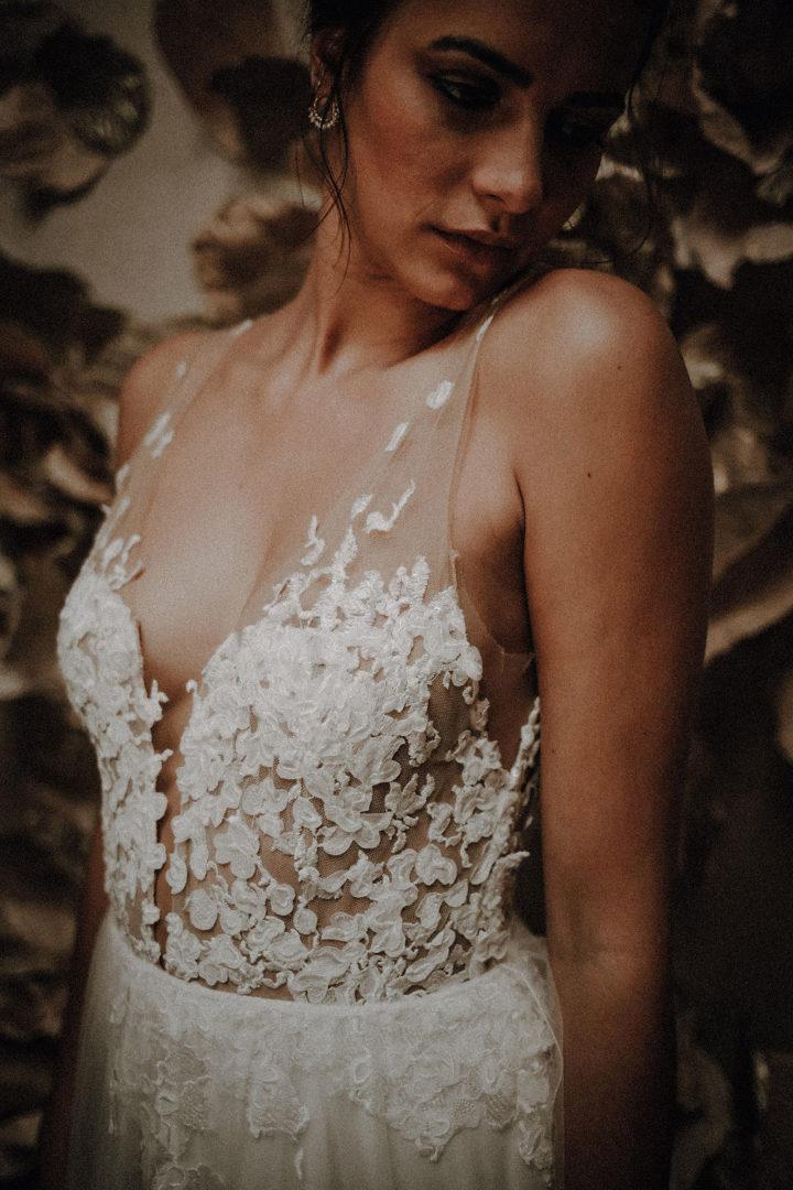 robe de mariee sur mesure 2020 robe tule souple et tulle brode robe de mariee dos nu decollete profond robe couture luxe broderie main
