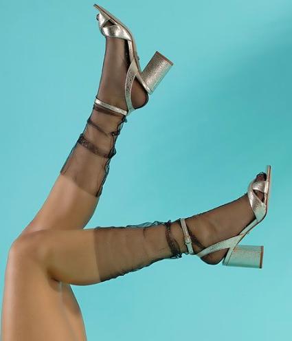 Sandales en cuir dore a talon carre Cruella