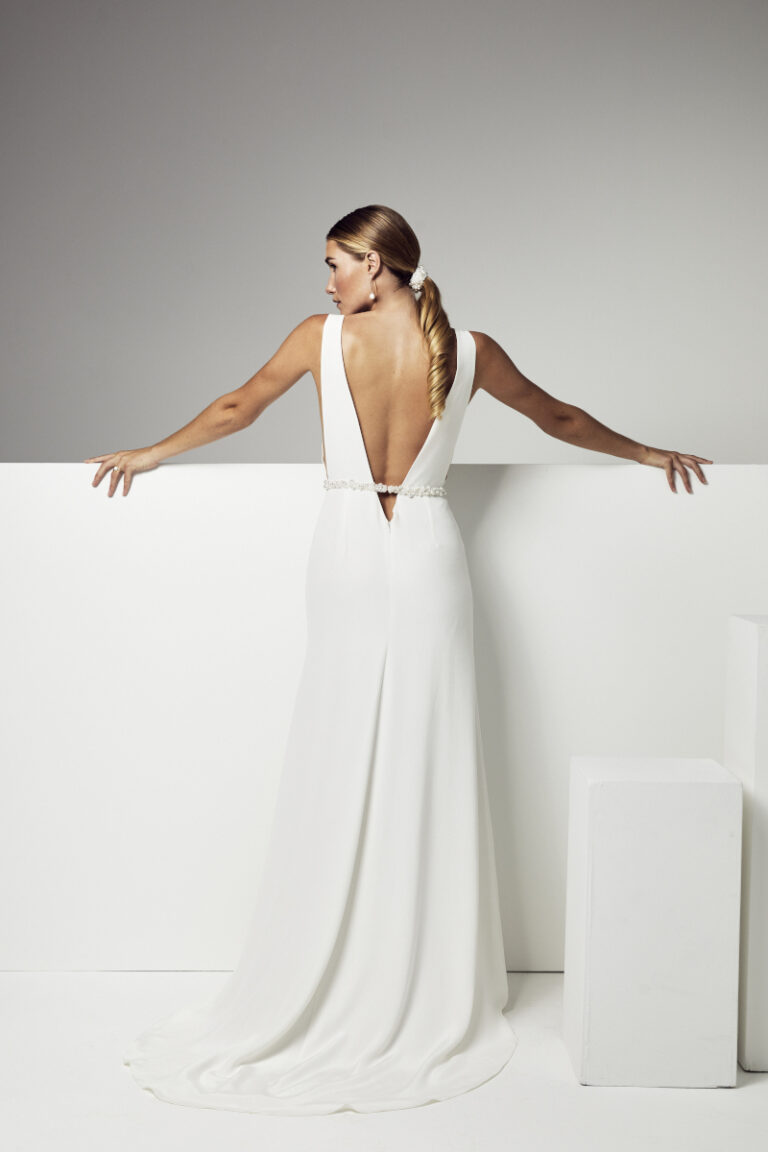 robe de mariée grand dos nu avec une ceinture perlée à a main