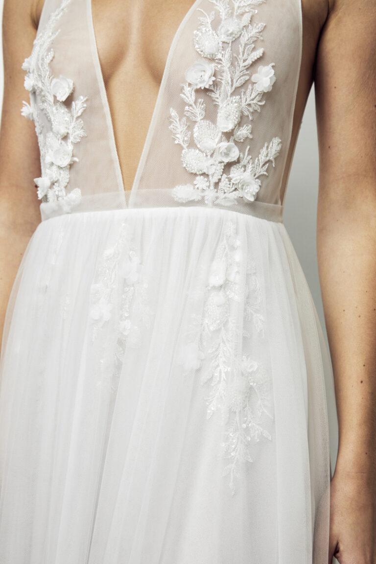 incrustation de dentelles sur la robe de mariée