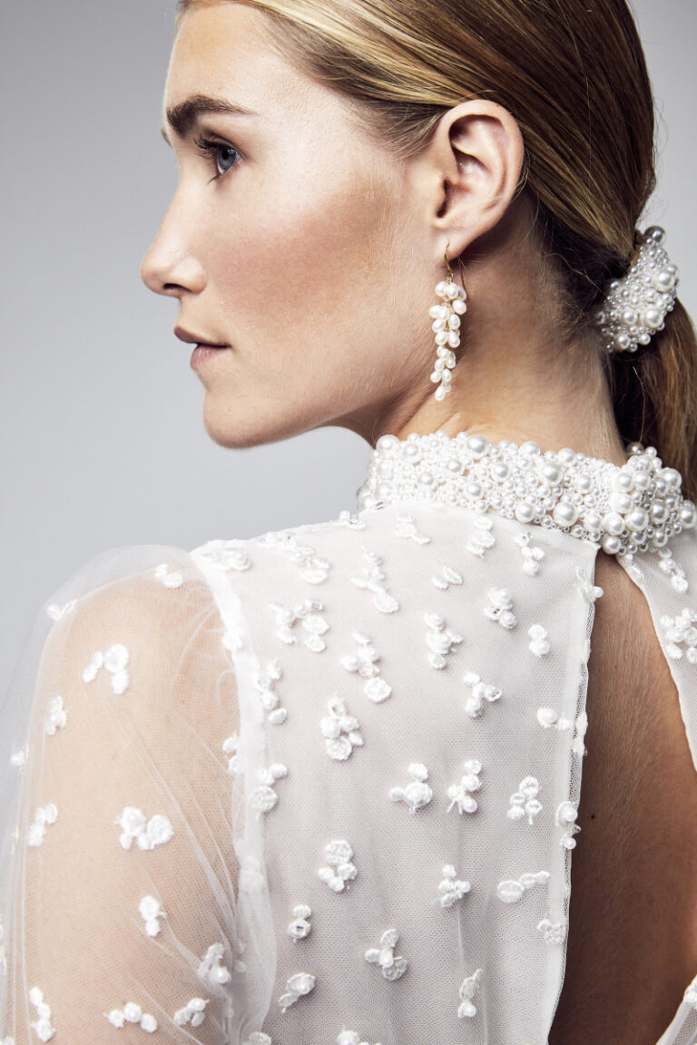 détail de l'encolure perlée d'une robe de mariée en plumeti