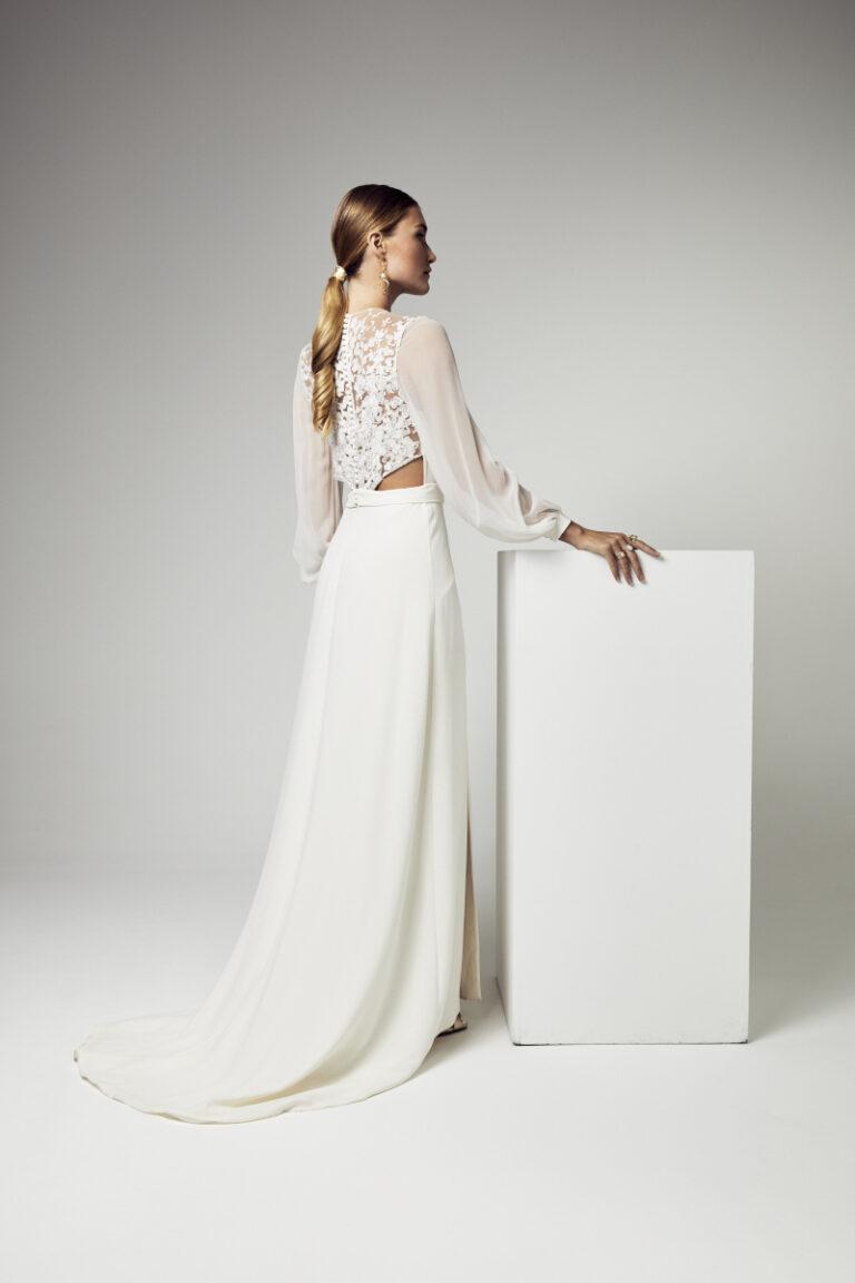 robe de mariée en crêpe de soie avec manches longues en georgette de soie double fente sur la jupe