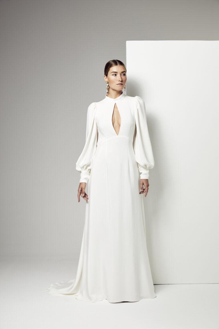 robe de mariée en soie avec manches longue et ouverture goute sur la poitrine