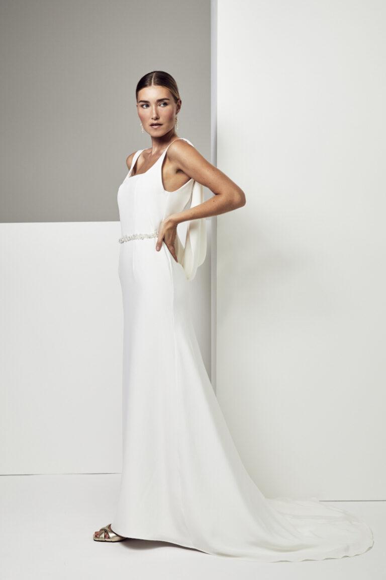 photo d'une robe de mariée en soie avec une ceinture perlée
