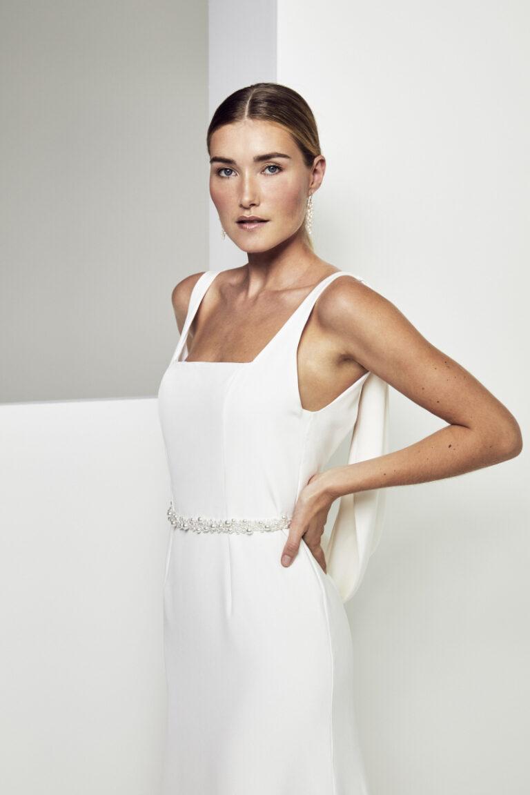 photo de trois quart d'une robe de mariée en soie avec une ceinture perlée